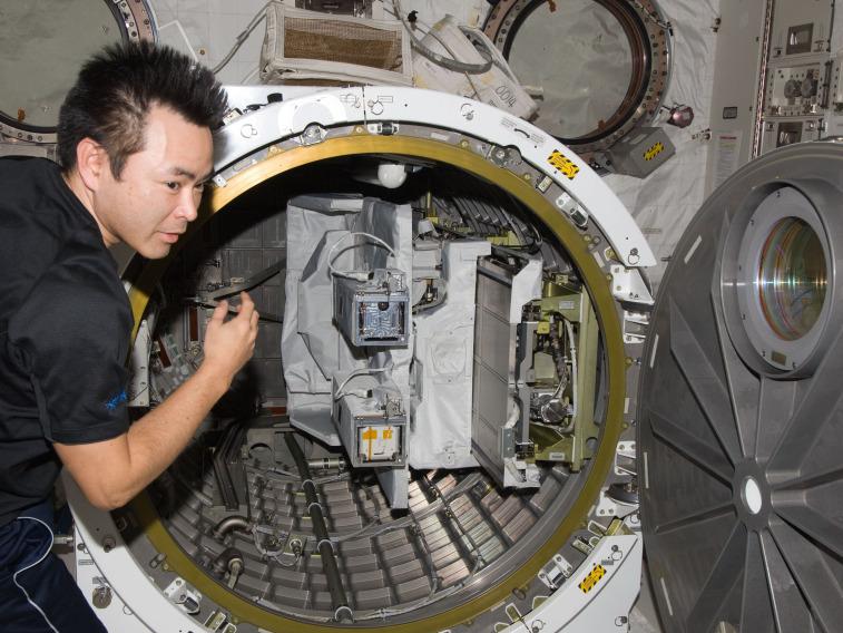 ISScubesats_NASA4X3.jpg