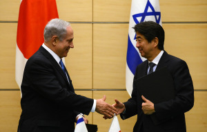 Israeli Prime Minister Benjamin Netanyahu (left) and Japanese Prime Minister Shinzo Abe. Credit:  Israeli Government Press Office/Kobi Gideon