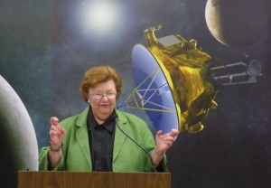 Sen. Barbara Mikulski (D-Md.) crosses her fingers for a successful Pluto flyby. Credit: SpaceNews photo by Jeff Foust