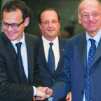 Arianespace Chief Executive Stephane Israel, left, shakes hands with Airbus space division chief Francois Auque during an Ariane 5 bulk-order purchase witnessed by French President Francois Hollande, center, in December 2013. Credit: CNES