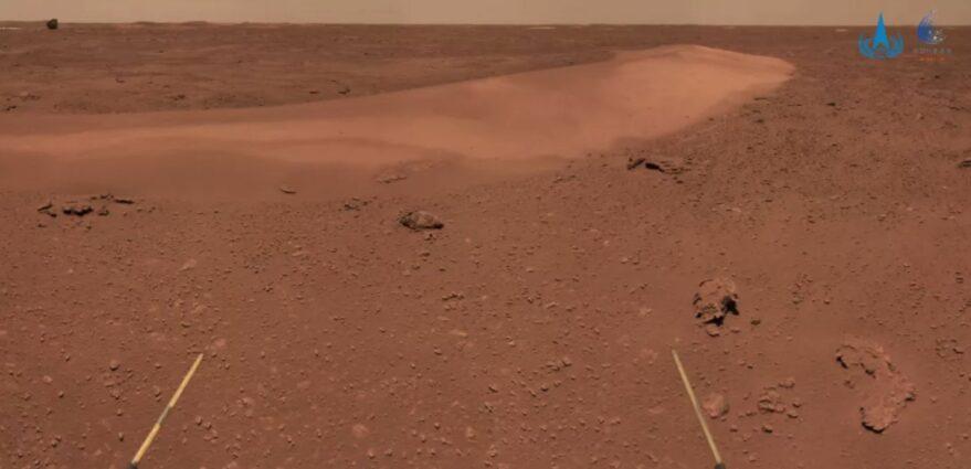 Un'immagine restituita da Zhurong che mostra le dune di sabbia e il lontano guscio posteriore.